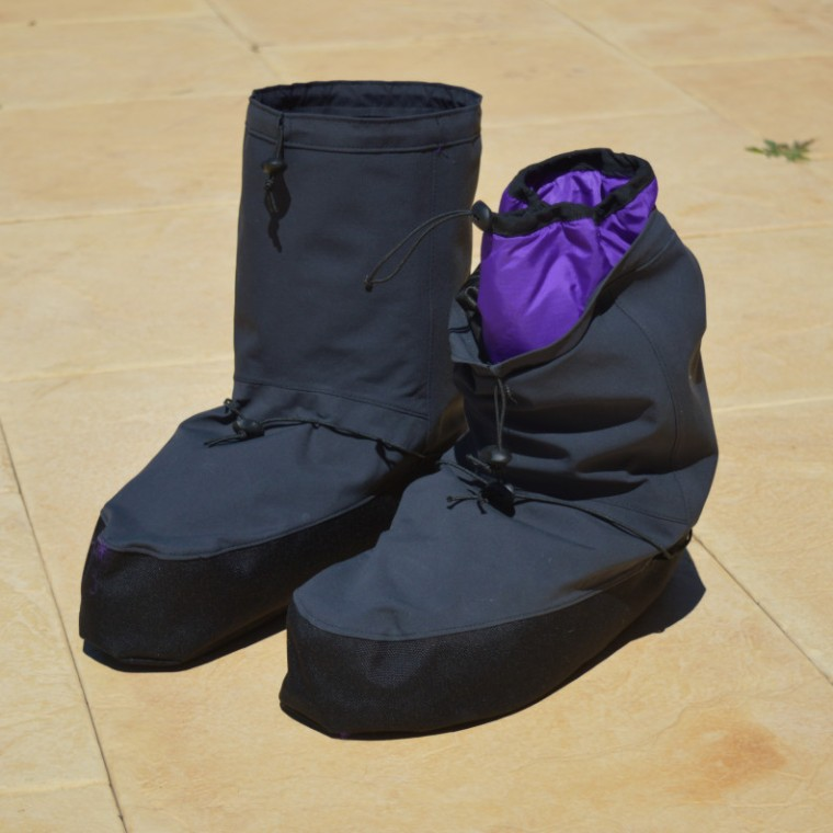 hut_boots_pair_front